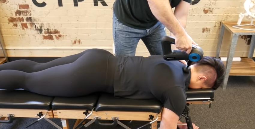 Chiropraktiker nutzen Massagepistolen gerne vor der Behandlung