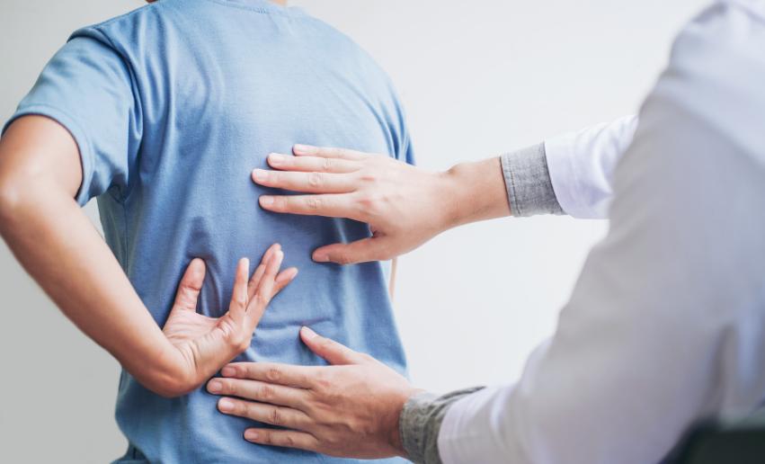 Rückenschmerzen mit Muskelpistole behandeln
