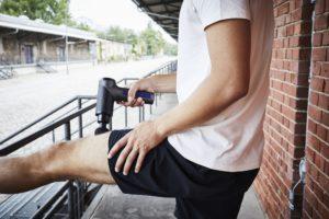 Eigenmassage mit der kompakten Orthogun 2.0 Massage Gun